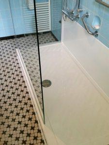 Ebenerdige Duschwanne im alten Badezimmer